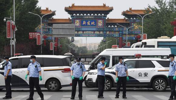De los 57 casos, 36 están vinculados con el mercado de Xifandi, en el sur de la capital, que suministra la mayor parte de los productos frescos que consume la capital y que permanece cerrado. (Foto: AFP)