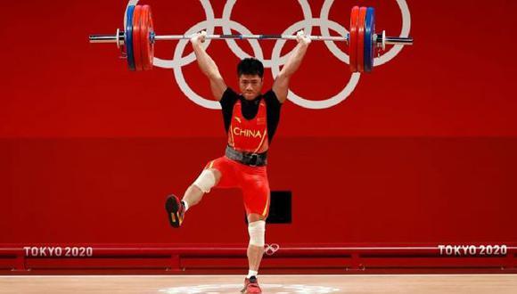 Pesista chino Li Fabin logró levantar 166 kilos sosteniéndose en una pierna. (Foto: AFP)