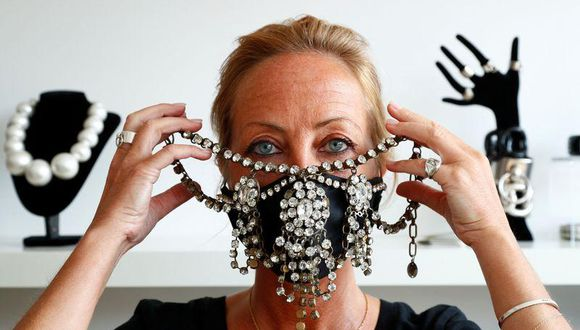 """La estilista de Bruselas Aude De Wolf creó una """"mascarilla bufanda"""" que usa lino, cashmere y otros materiales de alta calidad para combinar mascarillas con chales de lujo. (Foto: REUTERS/Francois Lenoir)"""