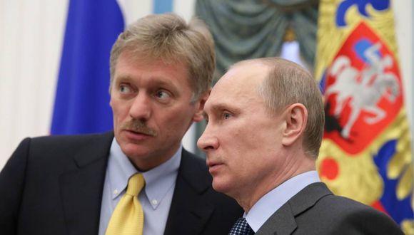 Vladimir Putin junto al portavoz del Kremlin, Dmitri Peskov. (Foto: AFP)