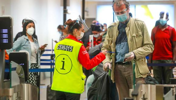 La entrega de la declaración jurada es un requisito que deben cumplir todos los pasajeros con destinos nacionales al abordar un avión. (Foto: Andina)