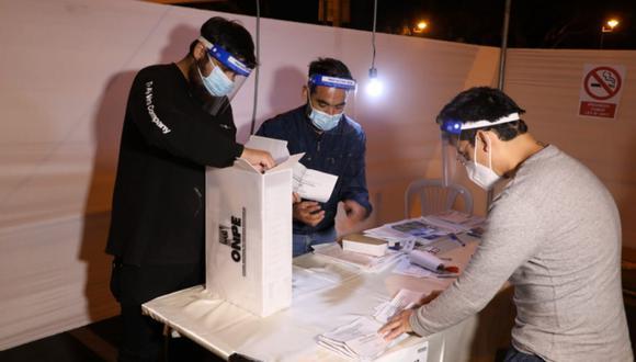 La ONPE dio a conocer los primeros reportes oficiales de las elecciones 2021 pasada las 11:30 pm del domingo 11 de abril. (Foto: ONPE)