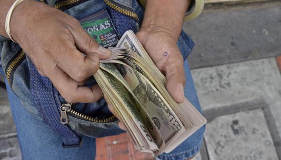 En el mercado paralelo o casas de cambio de Lima, el tipo de cambio se cotizaba a S/ 3.955 la compra y S/ 3.990 la venta de cada dólar. (Foto: GEC)