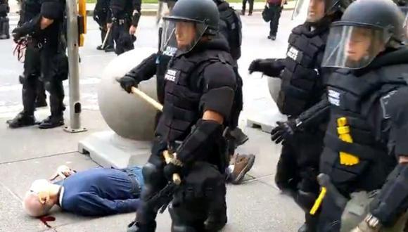 Un video muestra cómo dos agentes de policía empujan a un hombre en Búfalo, Nueva York, éste cae y termina herido en el suelo. Dos policías fueron suspendidos por este hecho. (Foto: Reuters).