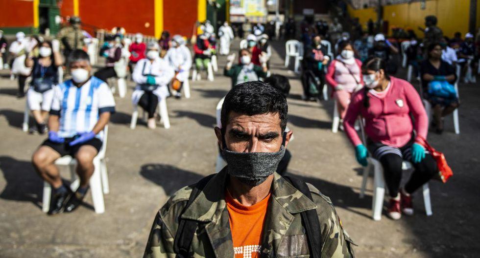 Imagen referencial. Los empleados del mercado de Ciudad de Dios respetan las distancias de seguridad que establecieron los trabajadores del Ministerio de Salud, quienes los evalúan para descartar COVID-19. (Ernesto BENAVIDES / AFP).