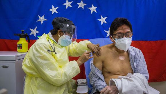 Con el mundo avanzando en la vacunación, Venezuela solo ha recibido 250,000 dosis de Sputnik-V y 500,000 de la china Sinopharm, si bien no ha publicado datos oficiales de cuántas de ellas ha inoculado ya. (Foto: EFE/ Miguel Gutiérrez)