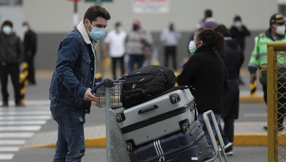 La medida comprende a peruanos, extranjeros residentes, y extranjeros, mayores de 18 años, no residentes cuyo destino final sea el territorio nacional. (Foto: El Comercio)