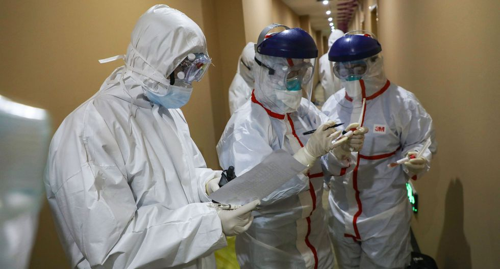 Médicos llevan una muestra tomada a una persona para analizar el nuevo coronavirus en una zona de cuarentena en Wuhan, el epicentro del brote. (AFP).