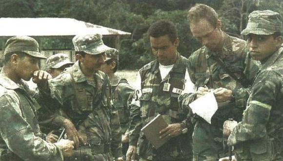 Observadores de los países garantes anotan los nombres de soldados ecuatorianos que se retiraron de sus posiciones de batalla cerca de la frontera peruana. (foto Reuter)
