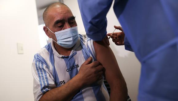 Imagen referencial de una persona siendo vacunada en Argentina. (Foto: EFE)).