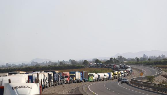 En Ica, los protestantes mantienen bloqueada la carretera Panamericana Sur entre los kilómetros 273 y 300, en el sector de Guadalupe. (Foto: GEC)
