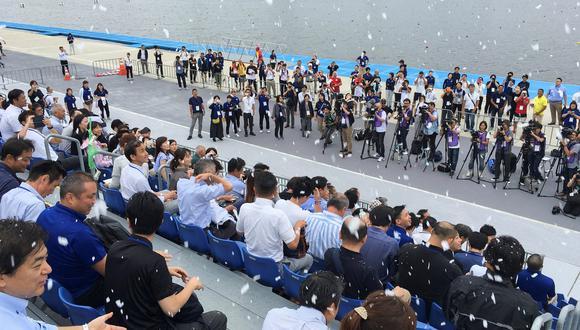 La temperatura había bajado mucho en Tokio este viernes, por lo que el test no se hizo en condiciones reales. Pero los periodistas lo probaron en la sede que acogerá las pruebas de canotaje. (Foto: AFP)