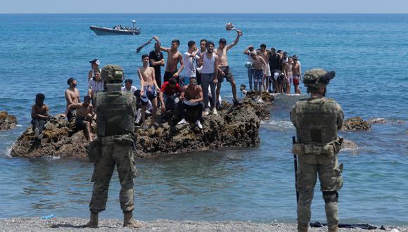 Ciudadanos marroquíes se enfrenta a las fuerzas del orden españolas, quienes impiden su paso hacia España. En Ceuta. (Foto: REUTERS).