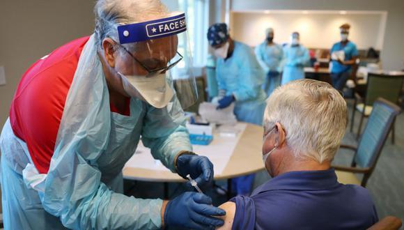 """Frondón, de 44 años, contó que padece una """"enfermedad primaria"""", por lo que su riesgo de contagio es en principio mayor y ha estado """"muy asustada"""", y aseguró que su vida va a cambiar con la vacuna, porque va a sentirse mucho más """"relajada"""" y segura. (Foto: AFP)"""