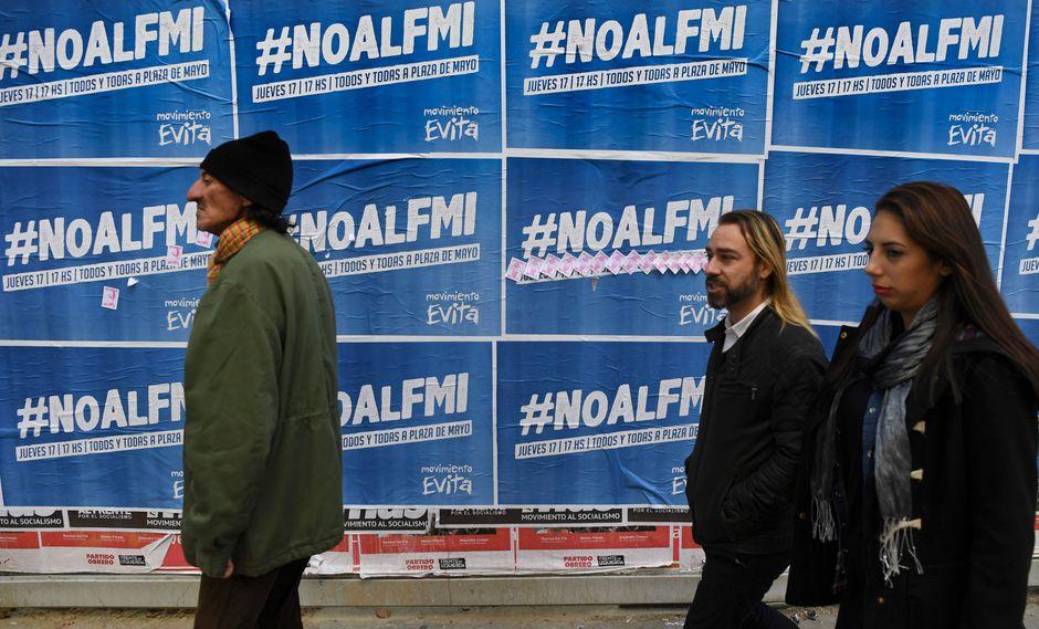 Afiches con protestas en contra del FMI se pueden ver en Buenos Aires. (Foto: AFP)