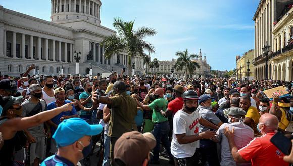 La gente participa en una manifestación contra el gobierno del presidente de Cuba Miguel Díaz-Canel en La Habana, el 11 de julio de 2021. (Foto: YAMIL LAGE / AFP).