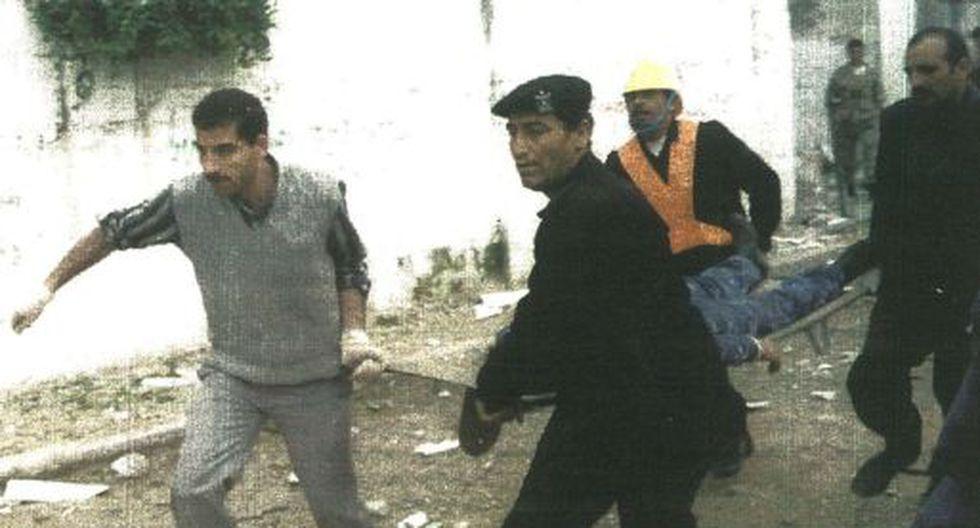 Bomberos rescatan a uno de los 30 heridos por bombas que estallaron en momentos que eran preparadas por militares del grupo islámico Hamas.