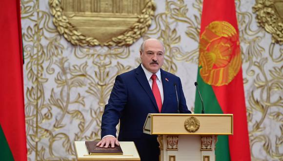 Alexander Lukashenko toma juramento durante la ceremonia en Minsk. (Photo by Andrei STASEVICH / BELTA / AFP)