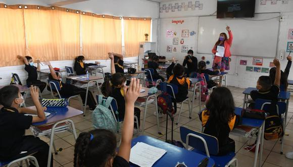 Foto difundida por el Ministerio de Educación de Chile, que muestra a un grupo de escolares reiniciando sus clases presenciales. (Twitter / @Mineduc)