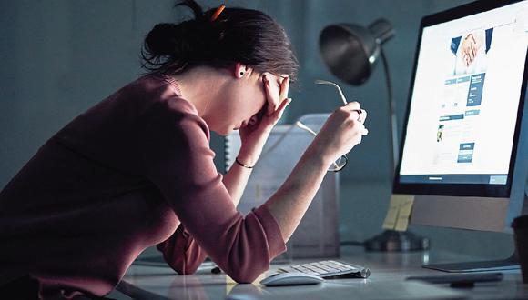 Daño colateral. La luz azul que emanan los dispositivos electrónicos ocasiona también la inhibición del sueño. (Foto: iStock)