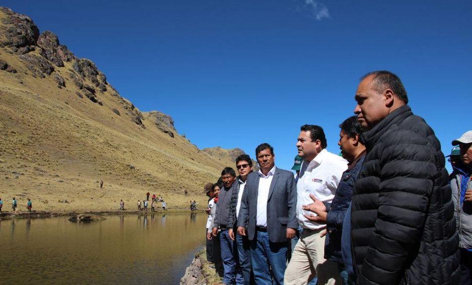 El viceministro Araníbar (camisa blanca) llegó hasta el distrito de Lamay, provincia de Calca, para poner en marcha la qocha Camanayoc. (Foto: Difusión)