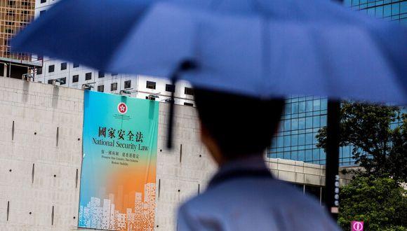 Un anuncio del gobierno de Hong Kong que promueve la ley de seguridad nacional aprobada por China. (Foto por ISAAC LAWRENCE / AFP).