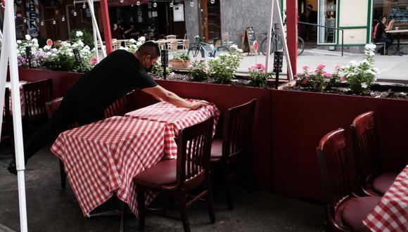 Nueva York prohíbe otra vez consumo en interiores para frenar los nuevos casos de coronavirus. (SPENCER PLATT/AFP).