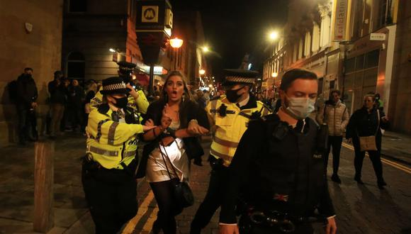 En el Reino Unido, el ministro de Estado para el Crimen y la Policía, Kit Malthouse, dijo que esperaba que la gente llamara a la línea directa existente para denunciar violaciones a las normas.  (Bloomberg)
