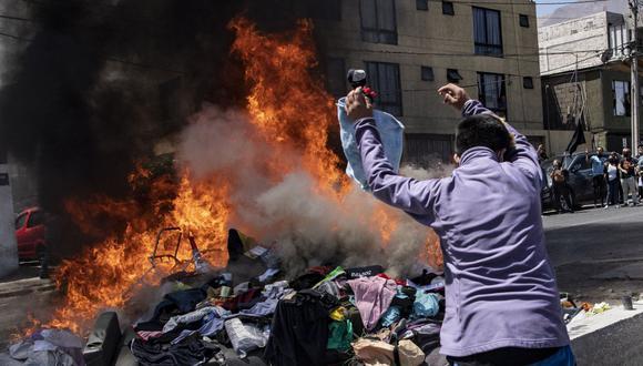 Manifestantes destruyeron pertenencias de los migrantes venezolanos. (Foto: AFP)