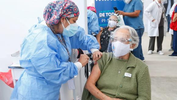 Vacunación contra el COVID-19 de adultos mayores de 70 años continúa a la fecha en el país. (Foto: Minsa)