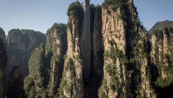 """El viaje dura 88 segundos en esta obra de ingeniería, reconocida desde el 2015 por el Libro Guinness de los récords como """"el ascensor exterior más alto del mundo"""". (Foto: WANG ZHAO AFP)"""