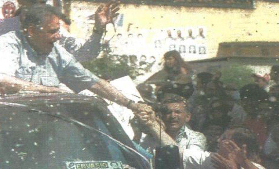 El candidato a la presidencia de Brasil, Fernando Henrique Cardoso, estrecha las manos con simpatizantes en la ciudad de Palmeiras. (Foto AFP)
