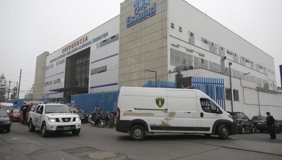 Equipo de supervisores de Susalud permanece en el Interior del Hospital Almenara tras revelarse red criminal dedicada al cobro de hasta S/82 mil por una cama UCI para pacientes con COVID-19. (Foto: Britanie Arroyo/GEC)