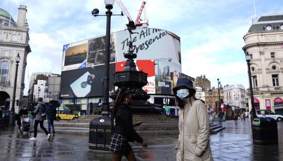 Imagen referencial. La gente camina en Piccadilly Circus en el centro de Londres, Reino Unido, el 15 de octubre de 2020. (EFE/EPA/WILL OLIVER).