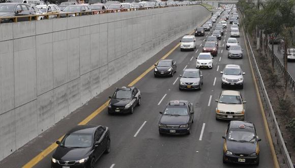 Conoce si este domingo 19 de setiembre podrán circular los autos particulares en la capital y el primer puerto. Foto: Andina