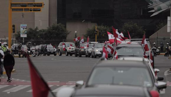 Los manifestantes llegaron hasta los exteriores del Palacio de Justicia, donde un grupo de personas acampa hace varias semanas en favor de la candidatura de Keiko Fujimori.   Foto: Leandro Britto / @photo.gec