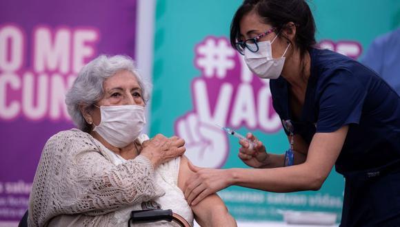 Una persona recibe la primera dosis de la vacuna china Sinovac contra la Covid-19 hoy, en un centro de salud en Santiago (Chile). (Foto: EFE)