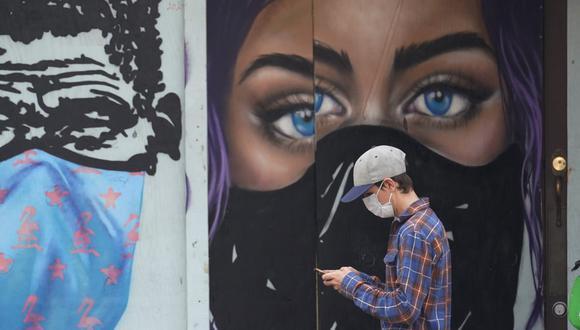 Un peatón es visto con una máscara para protegerse contra la propagación del COVID-19 en el centro de Austin, Texas, el martes 9 de marzo de 2021. (AP/Eric Gay).