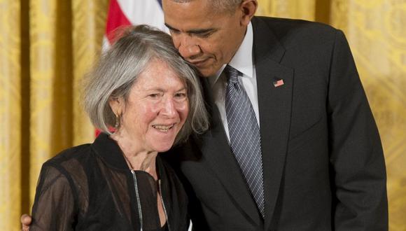 El ahora expresidente de Estados Unidos, Barack Obama, entrega a la poeta Louise Glück la Medalla Nacional de Humanidades en 2015. (Foto: AFP)