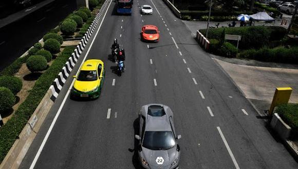 Foto tomada el 31 de julio de 2020 muestra un convoy de Lamborghinis en la carretera después de salir de una sala de exposición durante un evento del Lamborghini Club Tailandia camino a un fin de semana de retiro de lujo en Pattaya, en Bangkok. (Foto: AFP)