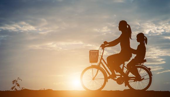 FOTO 3 | Movilidad sostenible Solo en España 33.000 personas mueren prematuramente al año por contaminación atmosférica, según cifras de Greenpeace. Las grandes ciudades, antes las multas comunitarias por contaminación, trabajan por una movilidad eficiente y limpia. Fomentan el uso de la bicicleta y el coche compartido y empiezan a cambiar sus flotas por autobuses eléctricos. Madrid, Barcelona, París, Ciudad de México, Oslo, China han puesto fecha límite para la entrada en los núcleos urbanos de coches con combustible contaminante. La movilidad eléctrica o los híbridos enchufablesparecen algunas de las soluciones más lógicas. (Foto: Freepik)