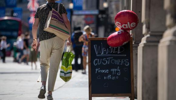 En Londres, los bares, cines y muchos otros lugares están abiertos, pese a ello, la situación de salud parece ser estable, nuevamente con una baja tasa de mortalidad. (Bloomberg)