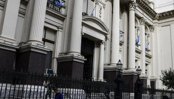 El banco central comenzó a imponer controles de capital incluso antes de que el presidente Alberto Fernández llegara al poder en diciembre del 2019, cuando la nación se dirigía a un incumplimiento de su deuda externa. (Photo by RONALDO SCHEMIDT / AFP)