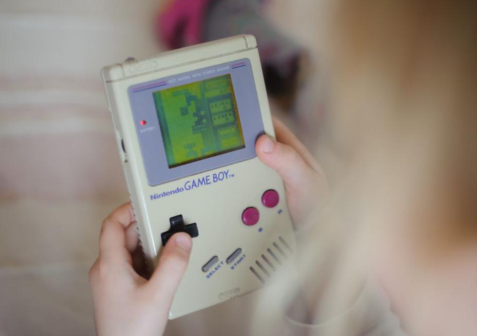Lanzada en 1989, la Game Boy supuso toda una revolución en la historia de los videojuegos. Se trataba de la primera consola que podías llevar a cualquier sitio. Recientemente se ha desatado una fiebre por este dispositivo y una original podría costar 340 euros. (Foto: Thomas Eisenhuth / picture alliance / Getty Images).