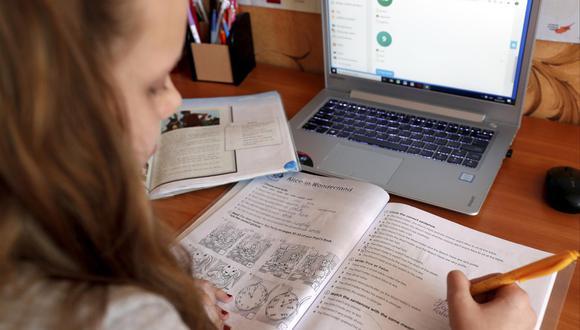 En términos globales, el informe PISA de la OCDE resalta la fractura que hay en Brasil y España en disponibilidad de herramientas digitales entre las escuelas más y menos favorecidas. EPA/TOMS KALNINS