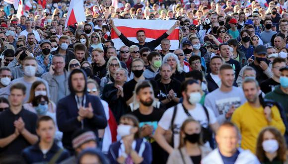 Miles marchan en Minsk durante una protesta convocada por la oposición para poner fin al régimen de Alexander Lukashenko en Bielorrusia. (Foto: TUT.BY / AFP).