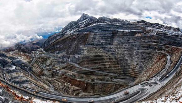 FOTO 7 | Antamina. Antamina es una mina de cobre ubicada a 170 millas al norte de la capital de Perú, Lima. Es una empresa conjunta de BHP Billiton (33.75%), Teck (22.5%), Glencore PLC (33.75%) y Mitsubishi Corp. (10%), según el ICSG. Produce 450,000 toneladas y además del metal rojo, es una fuente de producción de plata, bismuto, molibdeno y plomo. Con más de 15 años de operaciones, fue una de las mayores inversiones mineras en la historia de la minería peruana. (Foto: Energiminas)