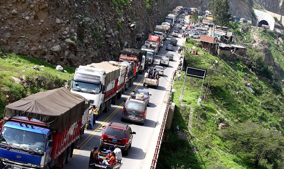 FOTO 1   La Carretera Central es el nombre con el que comúnmente se conoce al tramo N° 2 del Corredor Vial Interoceánico Centro. La vía se denomina de esa manera a partir del intercambio vial de Santa Anita en la ciudad de Lima y consta de un solo tramo q