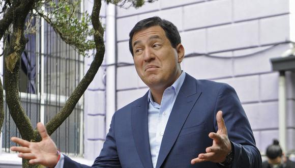 El candidato presidencial izquierdista ecuatoriano Andrés Arauz gesticula fuera de la Junta Electoral en Quito durante las elecciones de segunda vuelta el 11 de abril de 2021. (Camila BUENDIA / AFP).