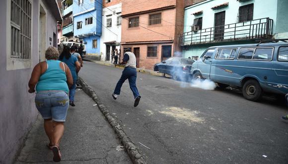 """""""Estamos con ellos, si ellos se unen con nuestro país estamos con ellos, vamos a estar en las calles. ¡Libertad!"""", gritó una mujer ante periodistas en el barrio popular de Cotiza, epicentro de las manifestaciones. (Foto: AFP)"""